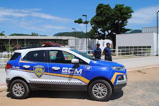 Guarda Municipal de Cachoeiro (ES) e PM cercam e detém acusado de roubo de veículo.