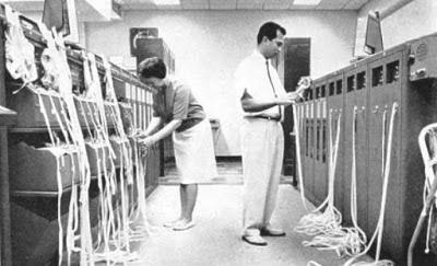 هل فكرت يوماً في طريقة برمجة أول نظام لتشغيل الحواسب قبل معرفة لغات البرمجة المتعددة؟