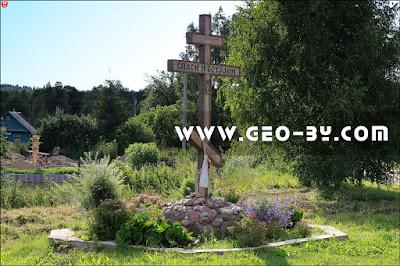 Православный крест на перекрестке в деревне Ломшино