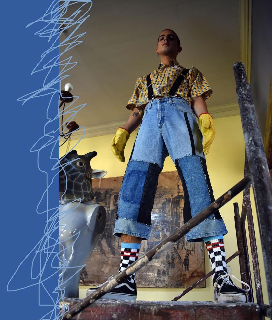Tenida jeans y camisa de Andromeda marca de vestuario desde el upcycling