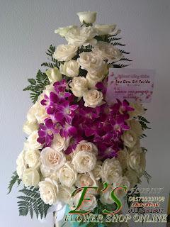 rangkaian bunga meja mawar