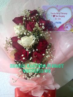 buket tangan mawar kombinasi baby breath