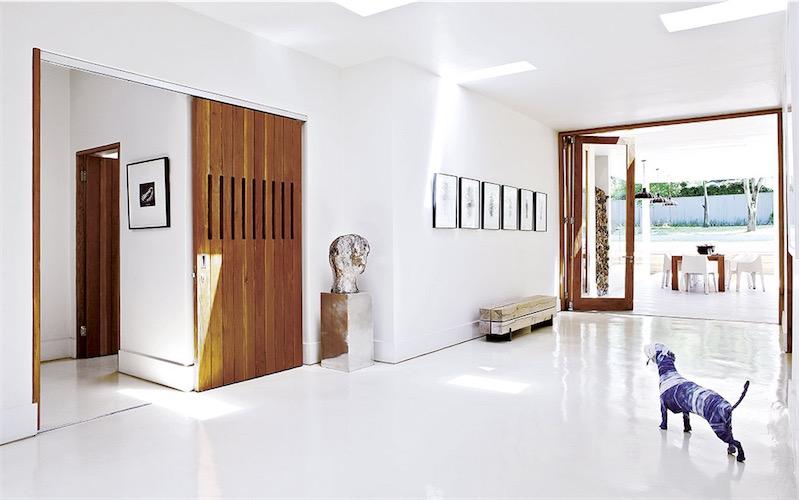 Una casa a medio camino entre lo sentimental y lo for Decoracion casa minimalista