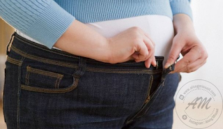 PANDUAN KURUSKAN BADAN  Panduan Kuruskan Badan | nak kuruskan badan bukan senang kalau dah naik bukan? Paling perit berat bada naik senang je.. Nak kuruskan badan balik tu yang perit.  Jika dah gemuk nak kuruskan badan lagi la perit sebabnya 90% yang gemuk atau obesity akan kecewa kerana gagal nak kuruskan badan.   Sebenarnya jika dapat mengawal makan dan melakukan senaman dalam kuantiti yang kerap mampu menurukan berat badan. Kawalan makanan khususnya yang menagndungi gula dan karbohidrat seperti nasi, roti, mee, kuih-muih, donut, biskut dan junk food.   Senaman juga memain peranan yang penting untuk kuruskan badan kita seperti berjalan kaki , atau berkebun, atau basuh kereta atau bersihkan rumah selama 30 minit setiap hari.   Panduan Kuruskan Badan kali ini AM nak kongsikan beberapa panduan yang boleh diamalkan oleh kita semua termasuklah AM sendiri.  Mesti dah tak sabar nak baca Panduan Kuruskan Badan, semoga perkongsian ini dapat membantu sahabat AM untuk kuruskan badan yang dah macam tong dram tu.   Cuba amalkan panduan ini :  Makan Perlahan-lahan Habiskan makan selama 20 minit. Kunyah perlahan-lahan sampai makanan jadi lumat sebelum ditelan. Tempoh 20 minit untuk otak dapat signal perut sudah kenyang.  Lebihkan Tidur Mesti ramai yang suka kalau tidur lebih kan?Lebihkan tidur satu jam daripada biasa. Kurang tidur boleh menjadikan kita lapar dan selera makan meningkat. Makanan-makanan sampingan menyumbang kepada kenaikan berat badan.  Patutlah isteri AM tak gemuk-gemuk walaupun makan banyak, rupanya tidur lebih boleh kuruskan badn juga.  3 Jenis Hidangan Sayuran Tak ramai yang suka makan sayur sekrang kan?Cuba hidangkan 3 jenis sayuran untuk makan malam, hidangkan juga buah-buahan. Masak sayur sekejap, suhu rendah dan kurangkan guna minyak.   Sayur dan buah mengandungi banyak fiber, vitamin dan antioksidan serta kurang kalori yang menggemukkan.  Panduan Kuruskan Badan.  Makan Buah Sebelum Makan Hidangan Utama Mulakan makan dengan buah diikuti sup sayur dan cenda