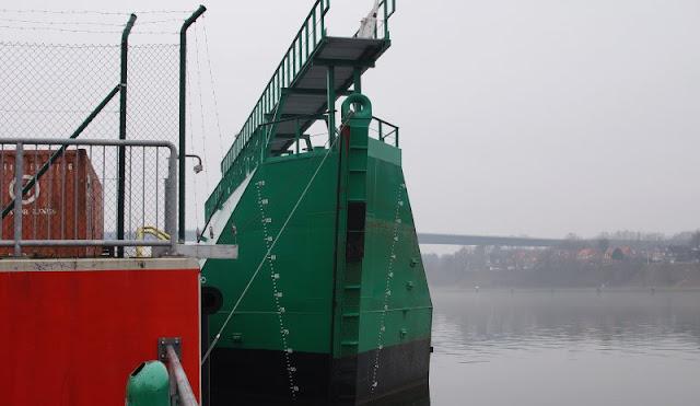 Einfach mal Fähre fahren: Mit dem Adler I von Kiel-Wik nach Holtenau und zurück. Am Kanal in der Wik ist eine tolle maritime Umgebung und es sind viele Schiffe vom Anleger aus zu sehen.