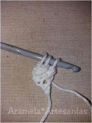 insertando la aguja en los dos ultimos puntos en relieve