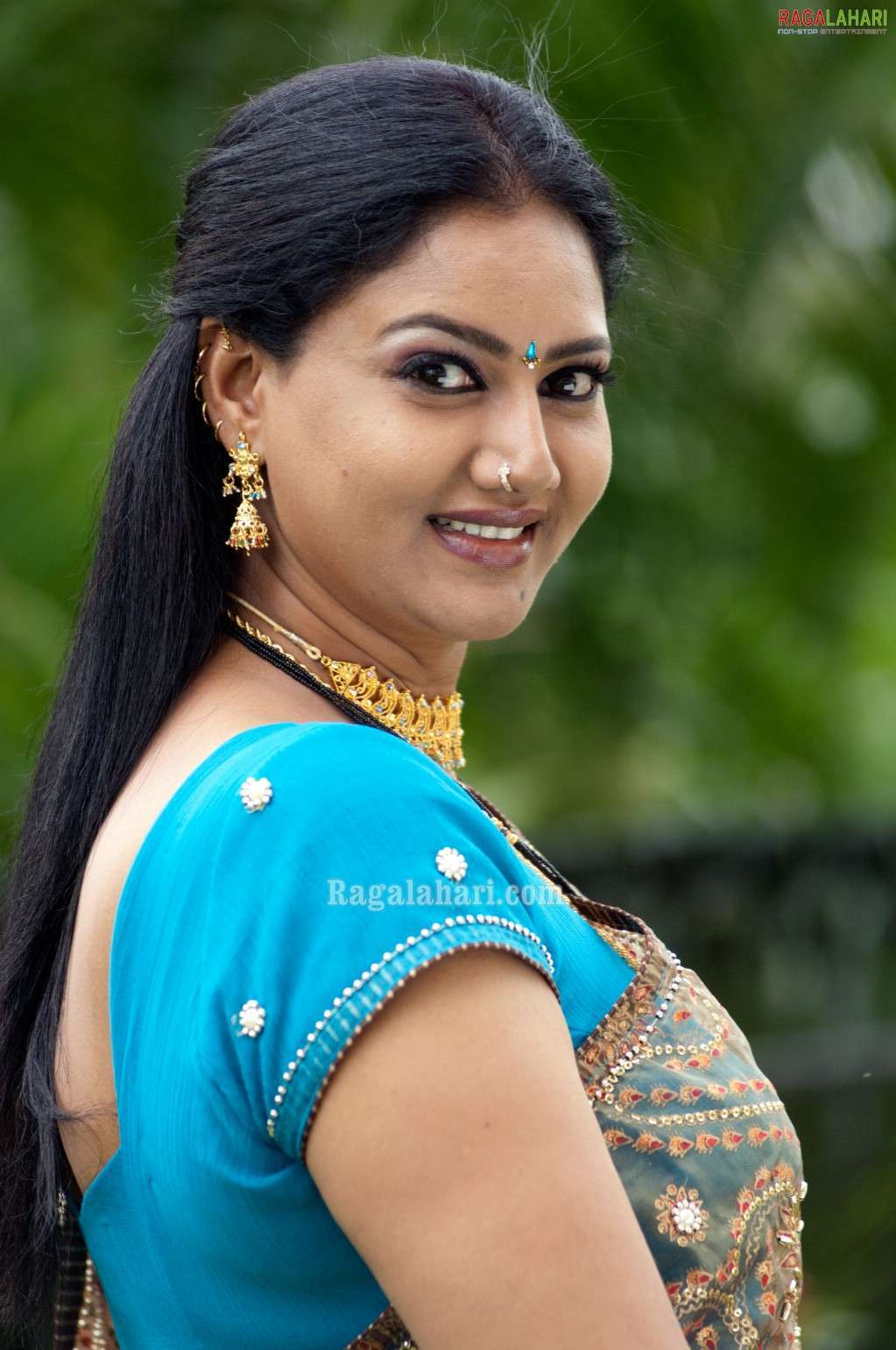 A4 Adult: Prathyushas hot cleavage and huge boob show