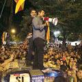 Cuixart y Sánchez en el techo del coche de la guardia civil