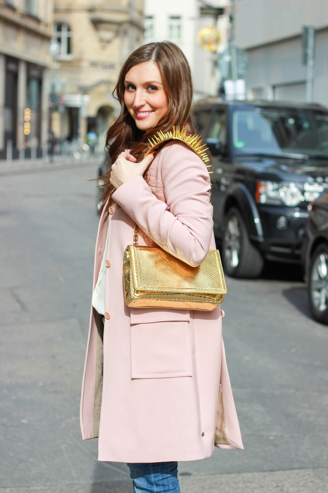 Streetstylellook - Rosa Mantel - YSL Mantel - Goldene Tasche kombinieren - Deutsche Fashionblogger - Fashionblogger aus Frankfurt - Frankfurt Fashionblogger-louboutin