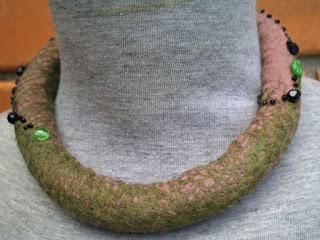 colar feltrado com lã de ovelha com gaze de algodão e bordado com cristais e miçangas
