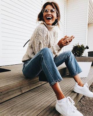 pose sentada en la calle sonriendo tumblr casual
