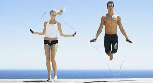 Saltar la cuerda quema calorías y grasa