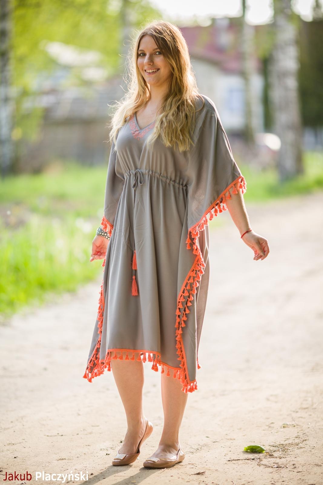 5  sukienka szara z frędzlami maxi na lato bonprix sukienki na wakacje bizuteria piotrowski kryształy svarowskiego letnia stylizacja melodylaniella buty masujące nogi oka-b mivo shoes