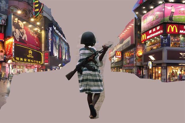 Kris Kind 2012, Kindersoldat inside Shoppingstreet, Das Klo spült alles fort