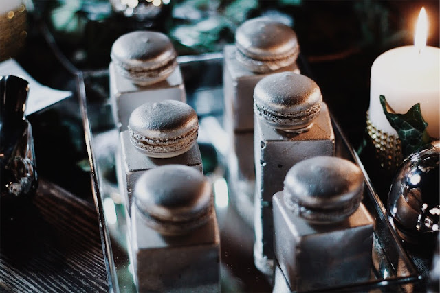 Alternatywne Targi Ślubne w Gdańsku Słodki stół, cukiernia,słodkości, Capuccino Cafe Sopot sweets candy bar Great Gatsby lata 20 dwudziestolecie miedzywojenne silver cakes srebrne ciasta, makaroniki, macarons