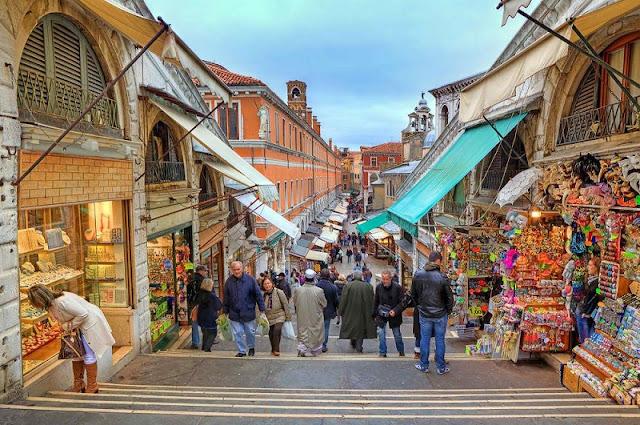 Comércio na Ponte di Rialto em Veneza na Itália