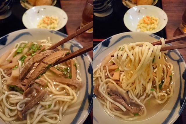 赤身肉と八重山そばの麺の写真