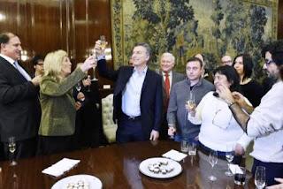 'Feliz día para todos, espero que puedan seguir trabajando con comodidad porque nuestro Gobierno cree en el rol fundamental que tienen en la defensa de las libertades que es la libertad de expresión', señaló Macri al ofrecer un brindis a los periodistas acreditados en la Casa Rosada.