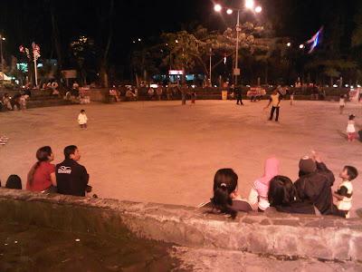 Aktivitas Masyrakat di Taman Bungkul Surabaya