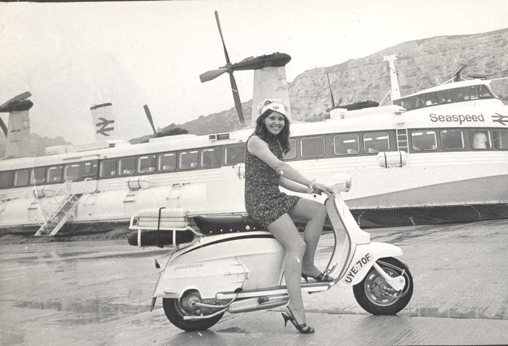 28 Fascinating Black and White Photos of Lambretta Adverts ...