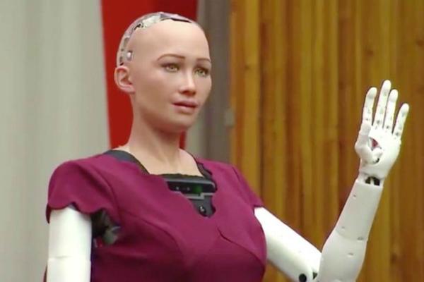 بالفيديو: الروبوت صوفيا تقوم بخطواتها الأولى