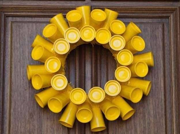 Ide membuat kerajinan dari gelas yogurt untuk anak-anak berbentuk hiasan pintu