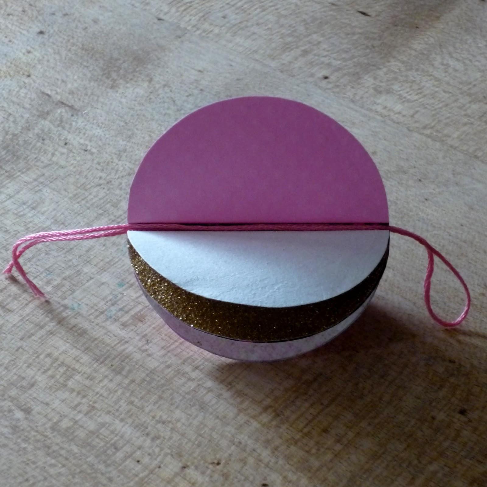 douceurs et couleurs boules de papier et guirlande en. Black Bedroom Furniture Sets. Home Design Ideas