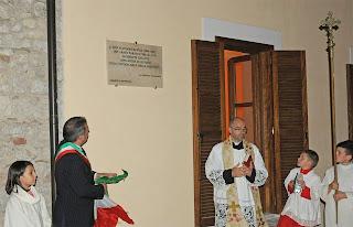 Scoperta la targa dedicata a don Flaviano Santìa nella restaurata canonica di San Pietro Apostolo