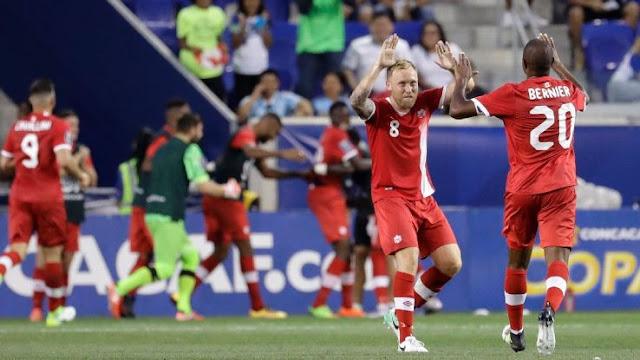 Jugadores de la selección de futbol de Canadá festejan su empate contra Costa Rica en la Copa de Oro 2017