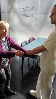 Una usuària i el fisioterapeuta d'Aviparc caminant pel Centre de dia