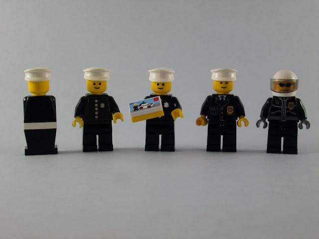 Evolução dos minifigs LEGO Polícias de uniforme preto.