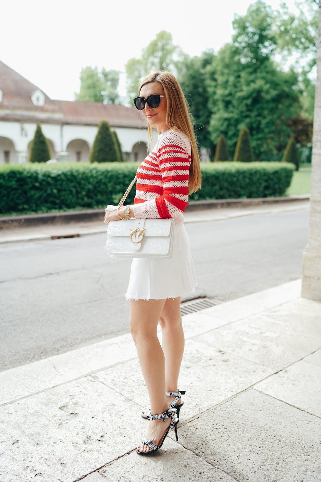 Weißer-jeansrock-mit-goldenen-knöpfen-pinker-pullover-rosa-streifen