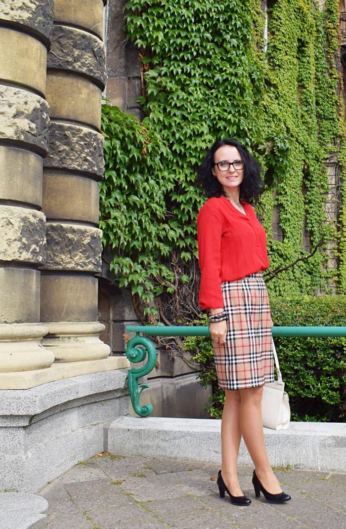 Angielska elegancja spódnica uszyta z kratki w stylu Burberry