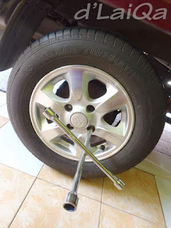 kencangkan kembali baut pengunci roda