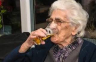 Tiene 96 años y bebe hasta 20 cervezas por día