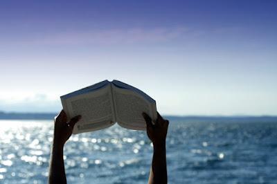 Chi si ciba di libri vive tra le nuvole; 10 titoli da portare in vacanza