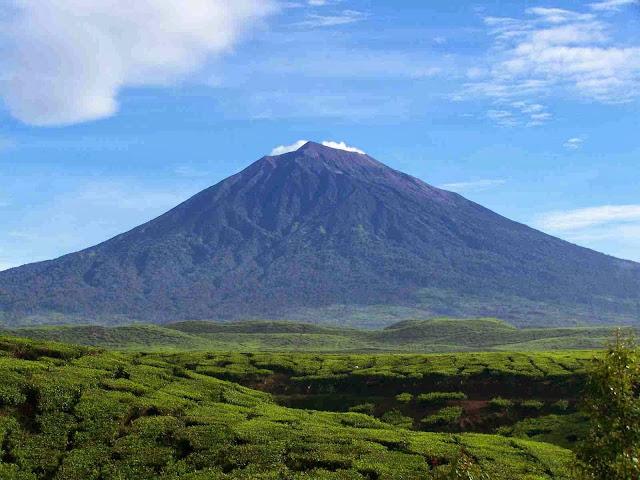 10 Gunung Tertinggi di Indonesia yang Memukau
