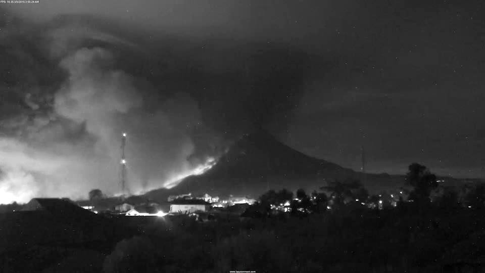 Ecoulements pyroclastiques sur le volcan Sinabung, 05 mars 2015