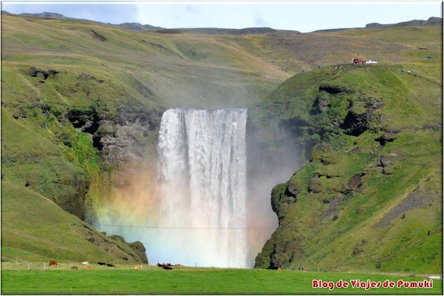 Es posible subir por el lateral hasta lo alto de la Cascadas Skogafoss. Blog de viajes a Islandia