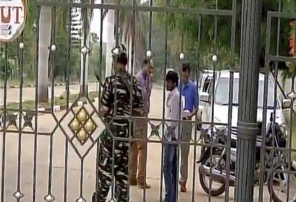 कर्नाटक के कांग्रेसी मंत्री के यहाँ IT का छापा, गुजरात के विधायकों को इन्होने ही दिया है शरण