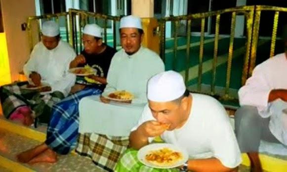 Gambar Seorang Sultan Makan Di Tangga Masjid Bersama Jemaah