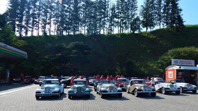 Os carros do Clube MP Lafer Brasil se encontraram no Posto BR do km 28 da Rodovia dos Bandeirantes, para a largada do passeio rumo a Socorro.