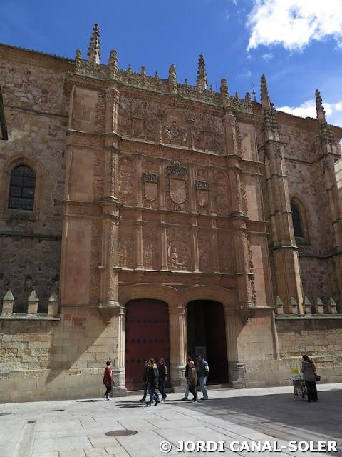 La trabajada entrada de la Universidad de Salamanca