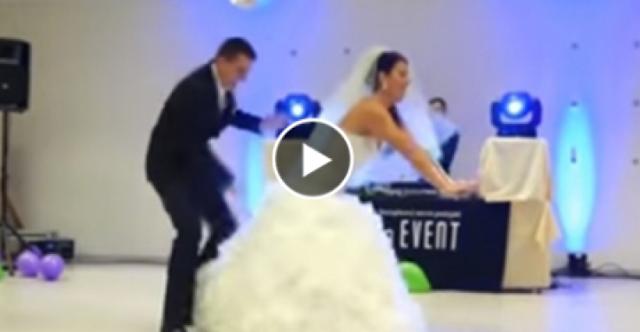 """عروسان يقدمان """"وصلة رقص"""" طريفة في زفافهما!  في حفل زفاف روسي على """"مفيش صاحب بيتصاحب"""""""