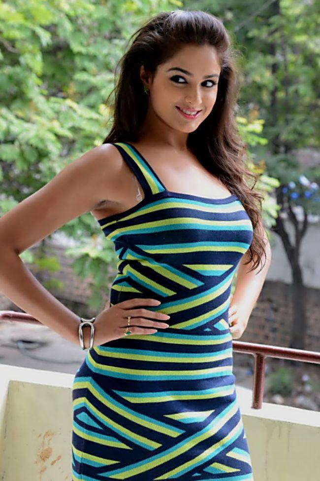 Beautiful Girl Smile Wallpaper Stunning Girl Asmita Sood Is She Looks Hot