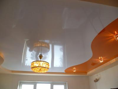 Двухцветный комбинированный натяжной потолок на кухне в Курганинске