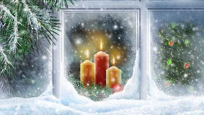 Kerst wallpaper met raam met kaarsen en kerstboom