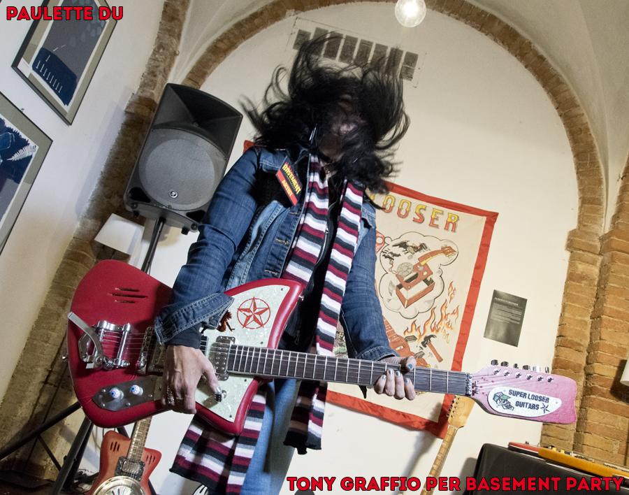 """Paulette Du prova la chitarra """"Bastarda"""" di Forstner."""
