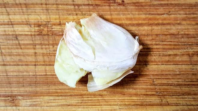 Claquer une gousse d'ail