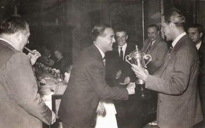 Entrega de la copa a Esteban Pedrol en 1951
